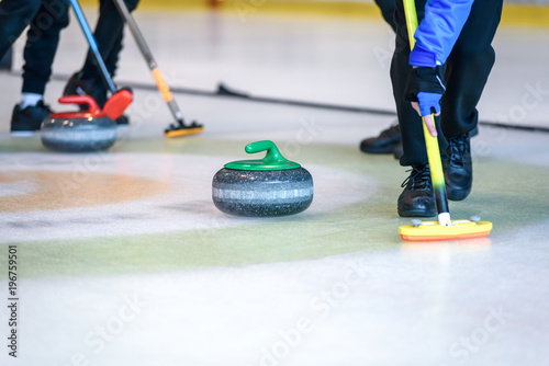Foto Team members play in curling at the championship.
