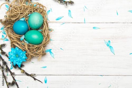 Fototapeta Wielkanocne tło z kolorowymi pisankami i baziami z miejscem na własny tekst. obraz