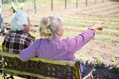 Photo Coppia di nonni in campagna seduti su una panchina