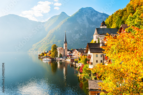 Photo Stands Autumn Hallstatt village in Austrian Alps