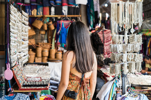 Cadres-photo bureau Lieu connus d Asie Young woman traveler at ubud market in bali
