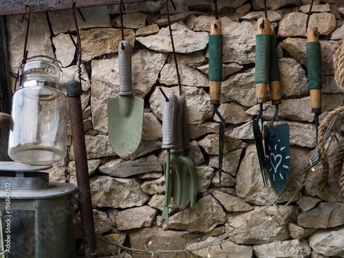 Fotografia garden equipment hanging on the wall