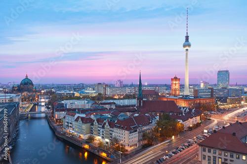Spoed Foto op Canvas Berlijn Berlin bei Nacht mit Fernsehturm und Alexanderplatz
