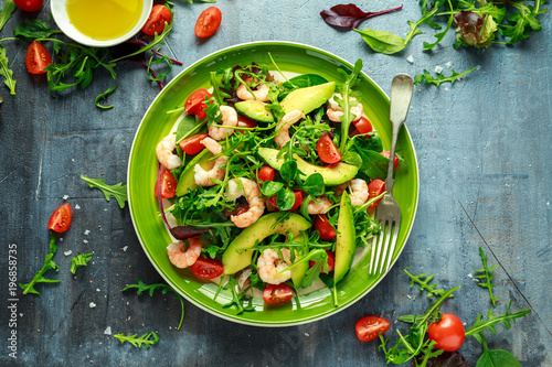 Montage in der Fensternische Gericht bereit Fresh Avocado, shrimps salad with lettuce green mix, cherry tomatoes, herbs and olive oil, lemon dressing. healthy food