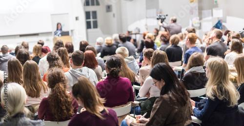 Fotografia  Female speaker giving presentation in lecture hall at university workshop