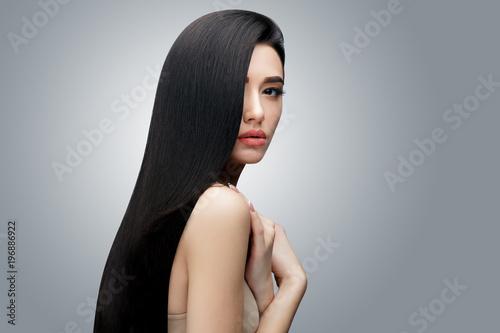Fotografía  Brunette asian girl with long straight hair