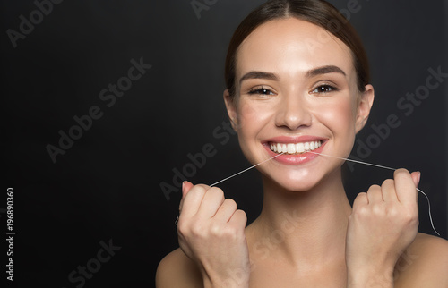 Photo Portrait of positive young woman who is taking care of her teeth