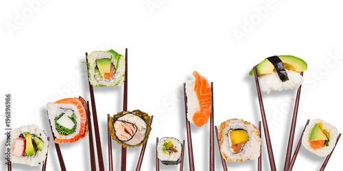 Plakat Tradycyjne japońskie kawałki sushi umieszczone między pałeczkami, oddzielone na białym tle.