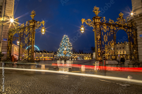 La place Stanislas de Nancy, classée à l'Unesco, et son sapin illuminé pour Noël Tablou Canvas