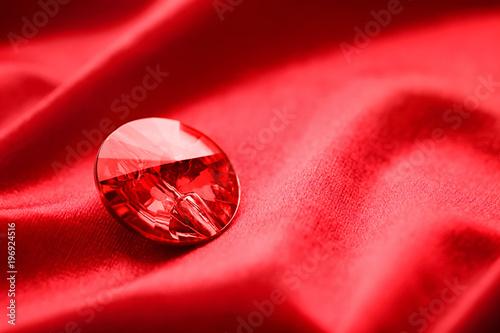 Fotografía  Precious stone for jewellery on red velvet