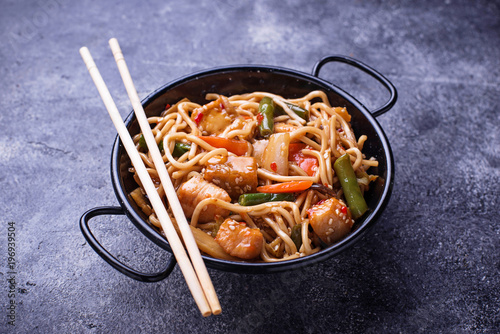 Photo Stir fry noodles with chicken, tofu and vegetable.