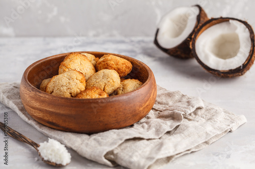 Photo Healthy vegan homemade coconut cookies in wooden bowl, light background
