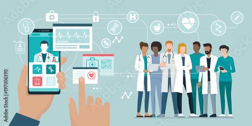 Obraz Medical team and healthcare app - fototapety do salonu