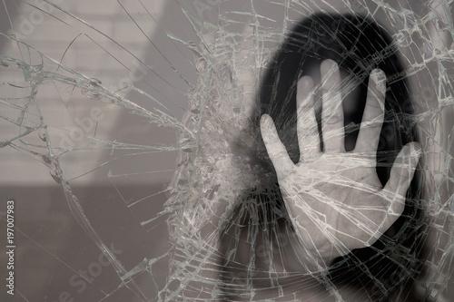 Mujer rompiendo cristal Wallpaper Mural