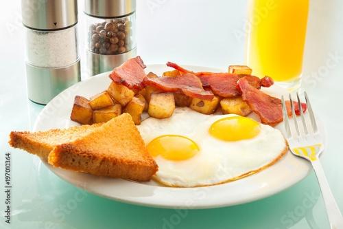 Plakat soczyste śniadanie ze szklanką soku