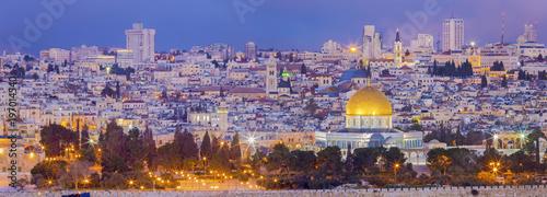 Naklejka premium Jerozolima - Panorama z Góry Oliwnej do starego miasta o zmierzchu.