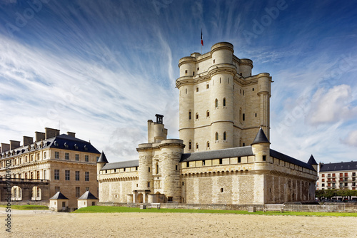 Obraz Chateau de Vincennes in Paris. France castle with French national flag under the sunny blue sky. - fototapety do salonu