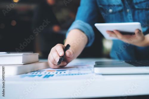 Pinturas sobre lienzo  Business startup analyse high performance data.