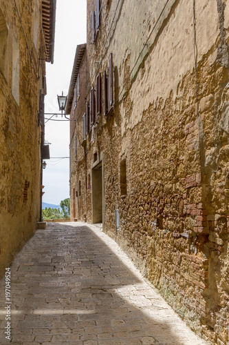Spoed Foto op Canvas Smal steegje Narrow alley in a small Italian village in the country