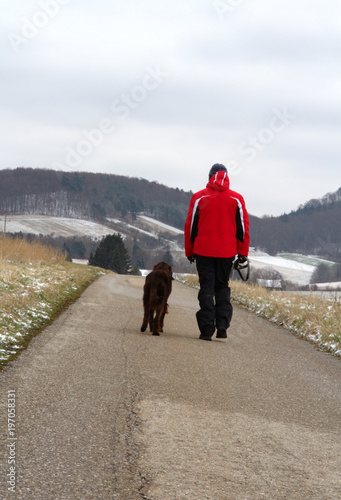 Photo  Young man walking with a dog in the village