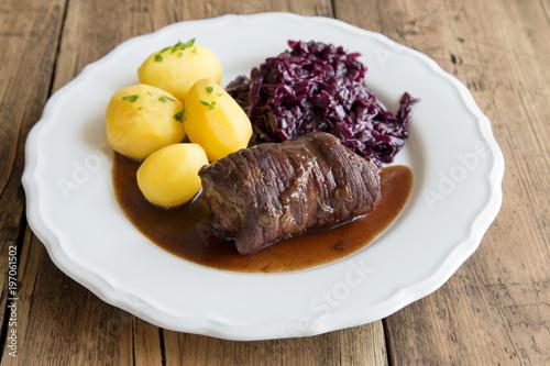 Vászonkép Rinderroulade mit Rotkohl und Kartoffeln