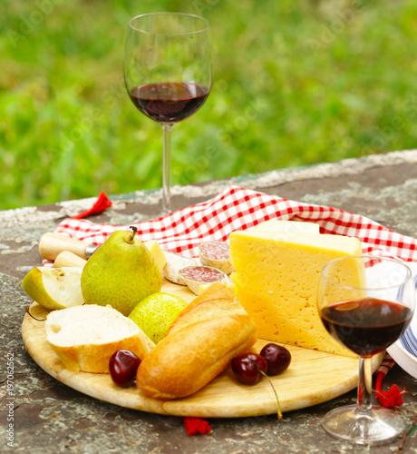 Plakat Serowy talerz z owoc i winem na pinkinie