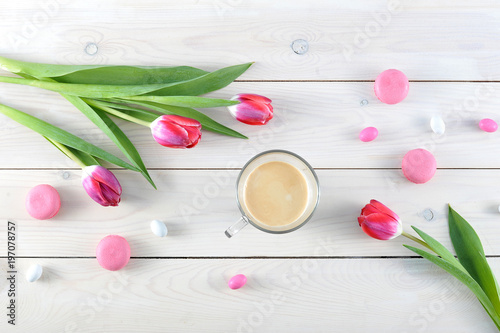 Fotografia  Pink tulips and pink macaroons