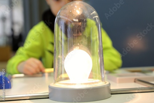 Kind beim physikalischen Experiment mit einfachem Stromkreis