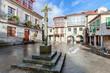 canvas print picture - Spanien - Historischer Platz Praza da Lena in Pontevedra in Galicien. Gebäude mit farbiger Fassade, Holzfenstern, Balkonen und einem Steinkreuz in der Mitte.