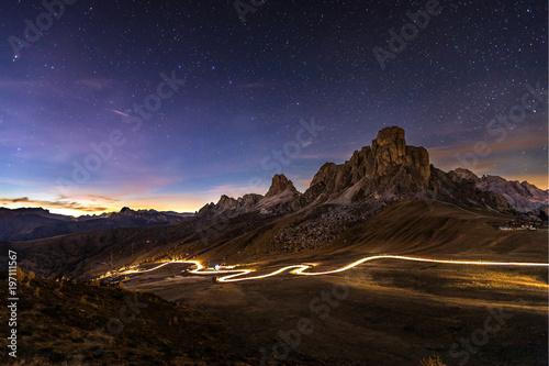 Poster Marron chocolat Car travels through mountains at night