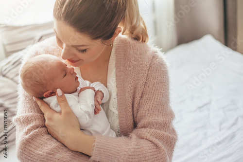 Obraz Mom with newborn baby - fototapety do salonu