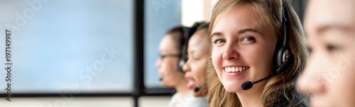Fotografia Beautiful caucasian woman working in call center with international colleagues