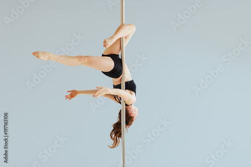 Beautiful pole dancer performing in the studio Tapéta, Fotótapéta