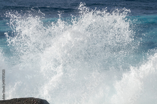 Foto waves crashing against rocks