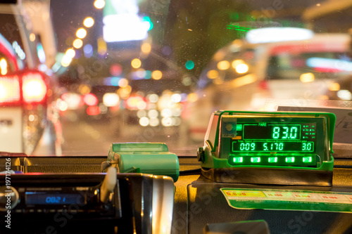 Fotografía The digital taxi meter on the dashboard of cab shows kilometer and cost
