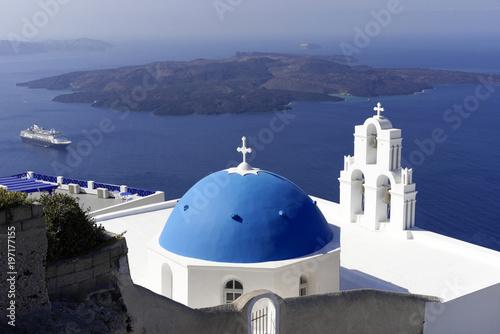 Fototapety, obrazy: Blaue Kuppelmit Glockenturm einer byzantinisch-orthodoxen Kirche, Oia, Santorin, Kykladen, Griechenland, Europa
