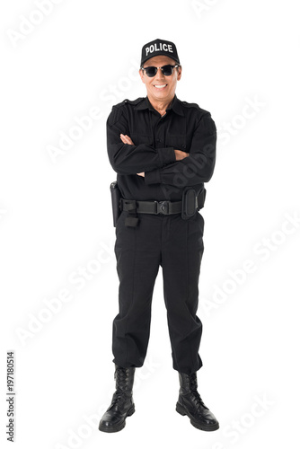 Photo Smiling policeman with arms folded isolated on white