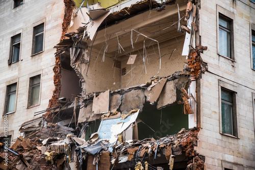 Fotografía Demolition of a building with floors fragment