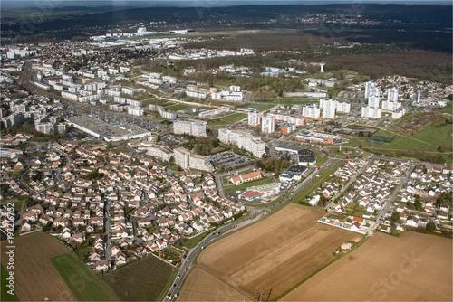 Fotografia, Obraz  vue aérienne de la ville des Mureaux dans les Yvelines en France