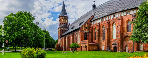 Fotografía  Panorama with a view of the famous Cathedral surrounded by lush summer greenery
