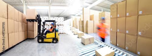 Photo  Versand und Logistik im Warenlager einer Spedition - Lieferung von Paketen im On
