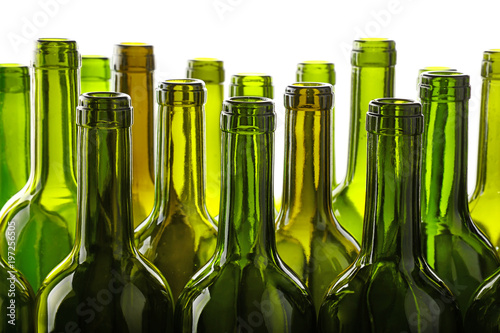 Photo Empty green glass wine bottles isolated on white