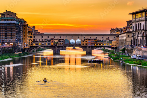 Foto op Plexiglas Venetie Sunset view of Ponte Vecchio over Arno River in Florence, Italy