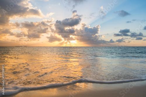 Plakat zachód słońca niebo nad oceanem - plaża z zachodem słońca niebo