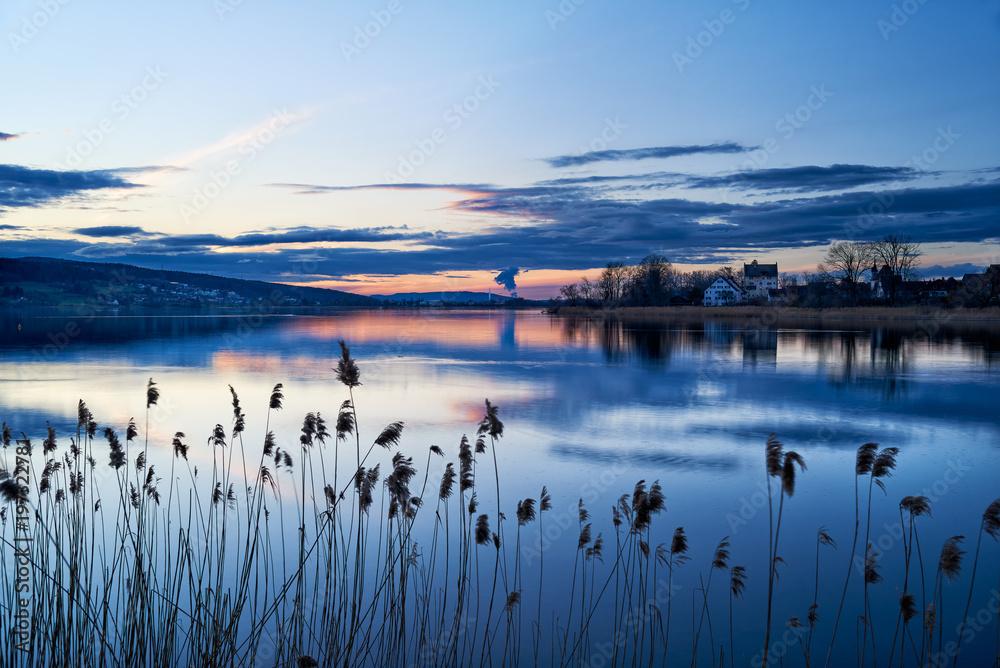Fototapety, obrazy: Greifensee Abenddämmerung Abendrot Abendhimmel blaue Stunde Wolken Wasserspiegelungen Schilf Seeufer