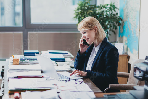 Foto  Young woman at the office