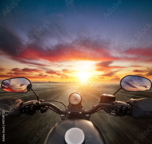 Photo  POV of motorcycle driver holding handlebar, heading to modern city skyline