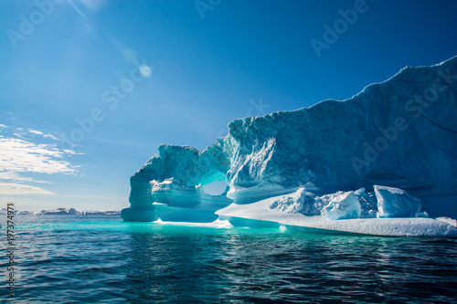 Foto Amazing shine of iceberg. Iceberg in Greenland
