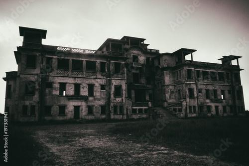 Les ruines du vieux Bokor  Palace Hotel à Kampot Poster
