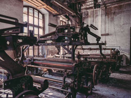 In de dag Oude verlaten gebouwen Different old machines on factory